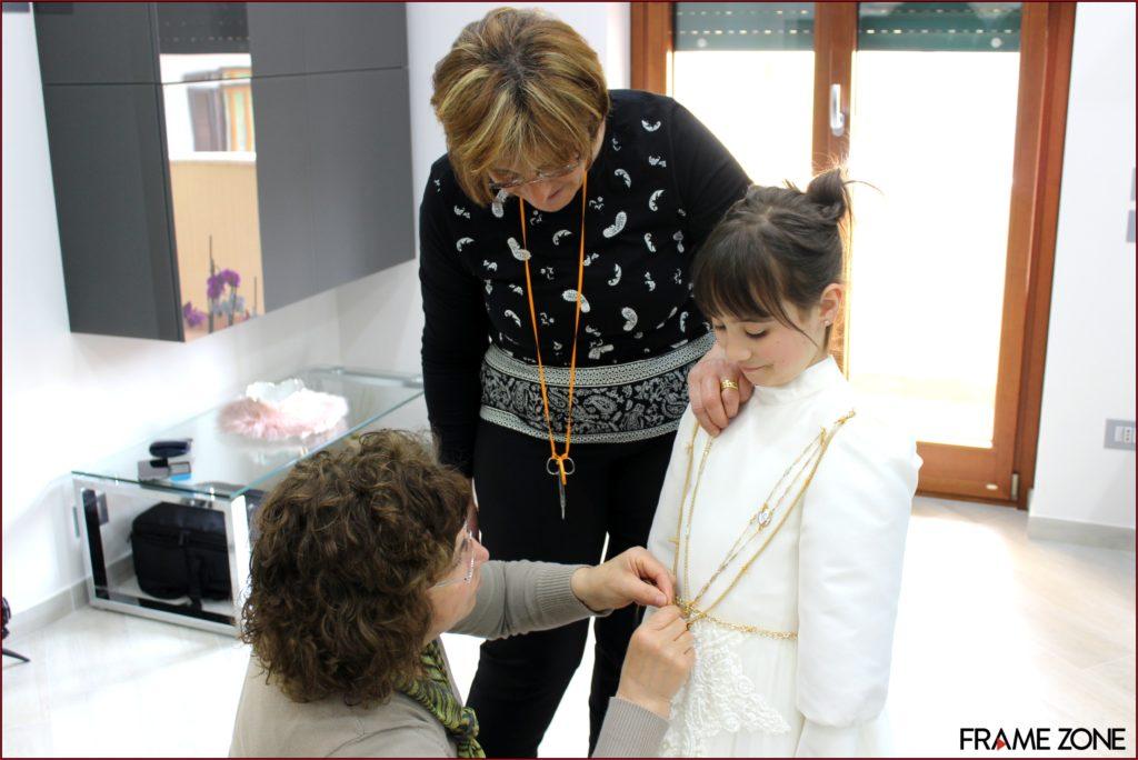 Cucitura dell'oro sul vestito di Carla
