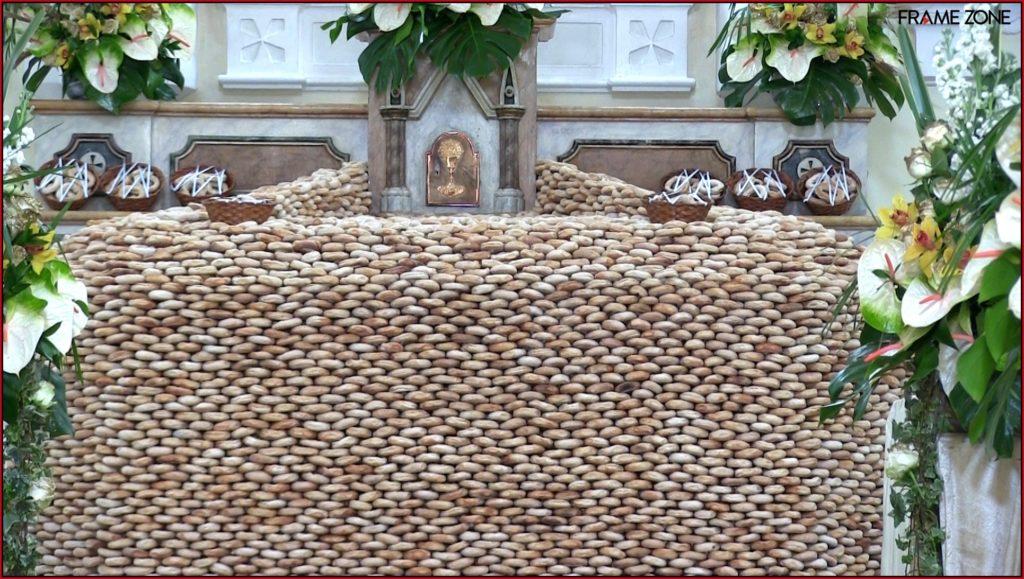 Muro di tortani posizionati nella Chiesa di San Lorenzo