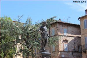 Fontana del mietitore in piazza Valorani a Offida