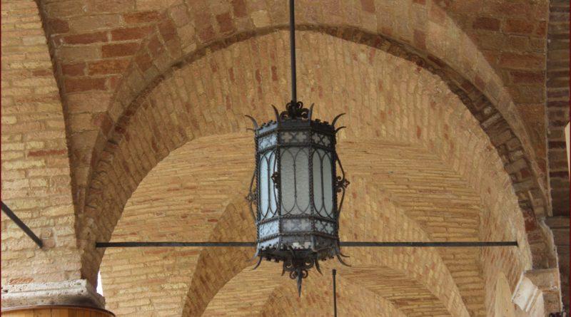 Particolare di una lampada nel porticato del Palazzo Comunale di Offida