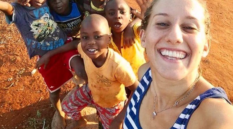 Silvia Romano circondata da bambini africani.