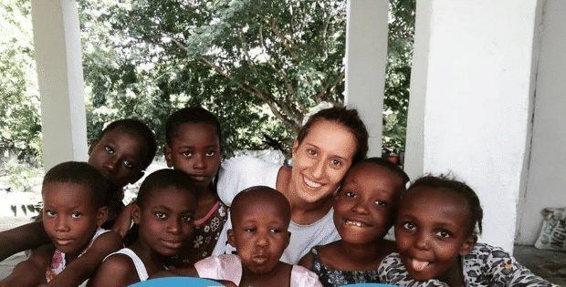 Silvia Romano circondata da bambini africani